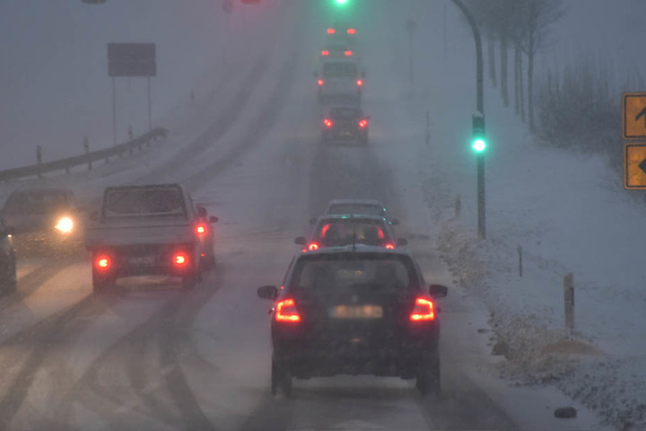 Schneefälle und Glatteis auf Sachsens Straßen.