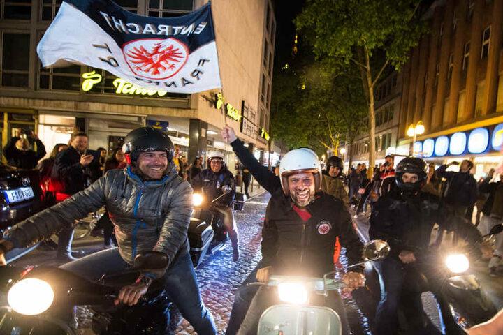 Fahnenschwenkend fuhren die Eintracht-Anhänger durch die Stadt.