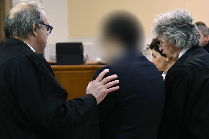 Der mutmaßliche Täter (unkenntlich) vor Gericht.