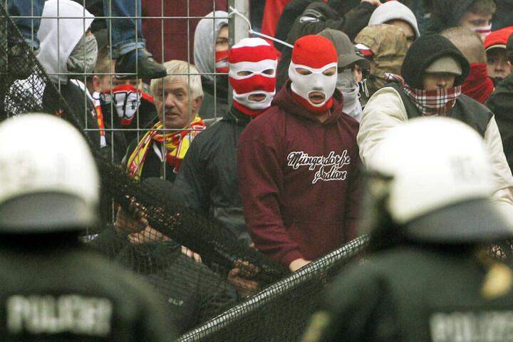 Teile der Kölner Anhängerschaft fallen immer wieder durch Gewaltaktionen negativ auf (Archivbild).