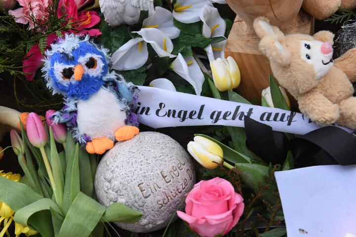 Auf dem Friedhof im Zentrum der Stadt liegen Blumen und ein Teddybär auf Leonies Grab.