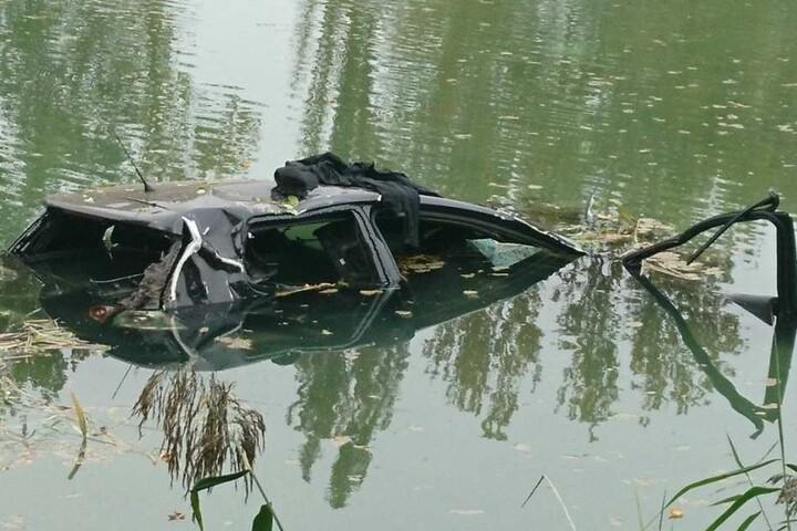 Der Pkw versank fast komplett im See.
