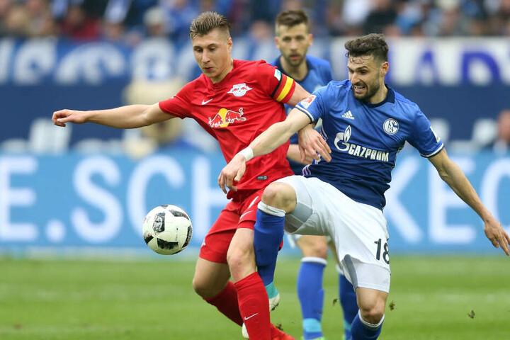 Am 16. März duellieren sich Schalke 04 (hier Marco Caligiuri, r.) und RB Leipzig (hier Willi Orban, l.) in der Veltins-Arena. Und Ihr könnt dabei sein!