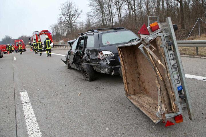 Der Mercedes war mit diesem Toyota zusammengestoßen, der auf seinem Anhänger ein Schaf transportierte.