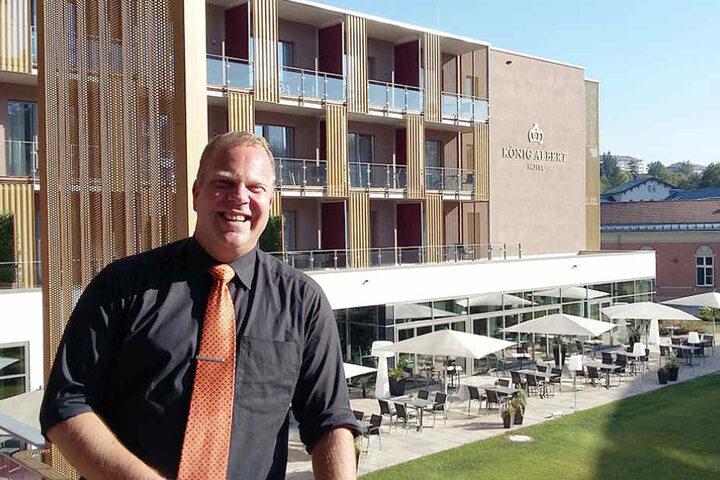 Hoteldirektor Marc Cantauw. Hinter ihm das neue Hotel.