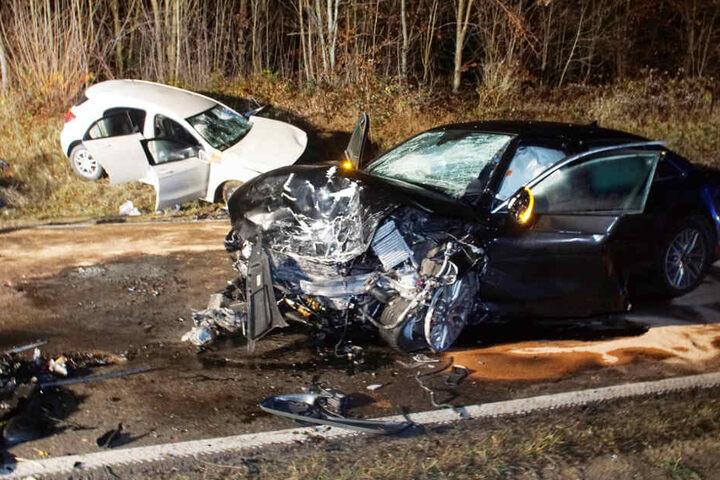 Die beiden Autos wurden bei dem Zusammenstoß völlig zerstört.