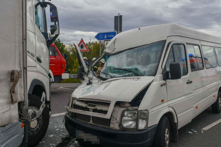 Der Beifahrer wurde in dem Sprinter eingeklemmt und schwer verletzt.