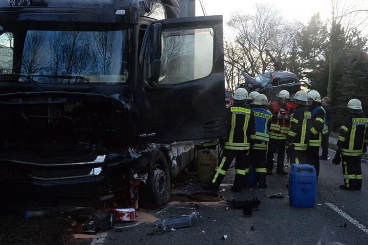 Einsatzkräfte der Feuerwehr räumten die Unfallstelle.