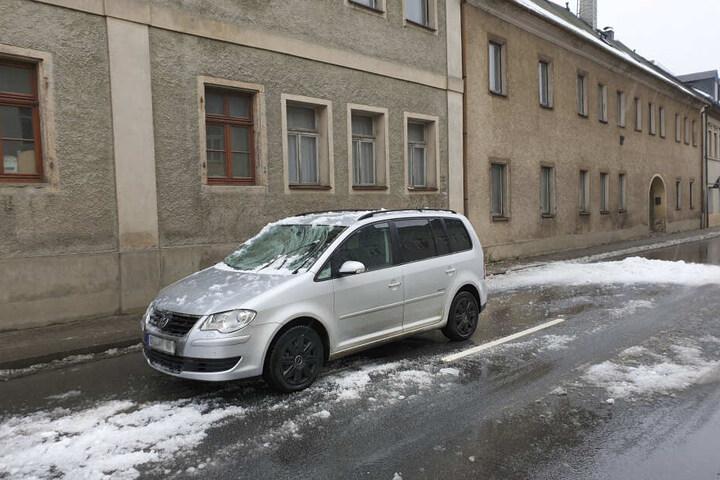 Der VW war auf der B101 unterwegs, als sich die Dachlawine plötzlich löste.