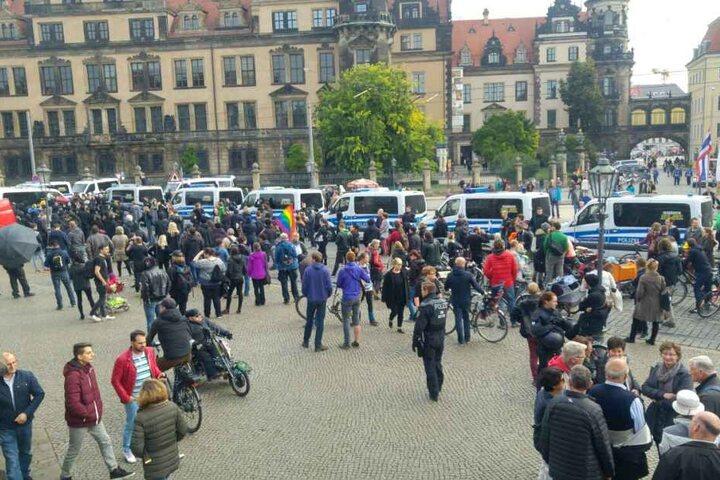 Großaufgebot der Polizei auch am Dresdner Theaterplatz.