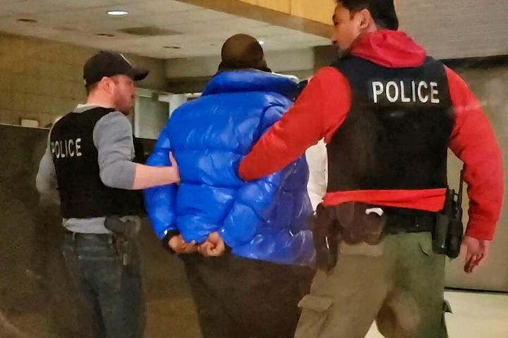 Kelly wurde am Freitag von Polizisten abgeführt.