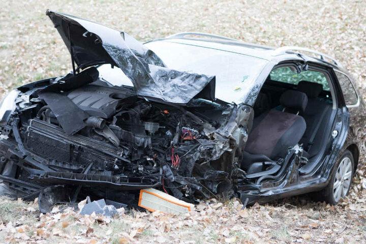 Der vordere Bereich des Autos wurde bei der Kollision komplett zerstört.