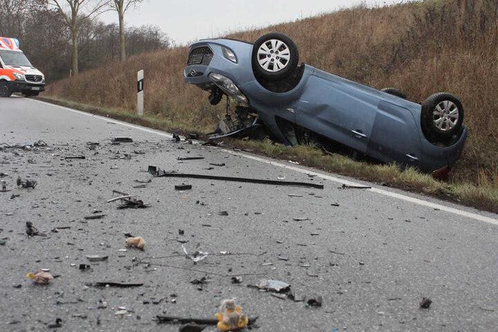 Die Straße glich einem Trümmerfeld. Das Auto der Frauen kam auf dem Dach zum Liegen.