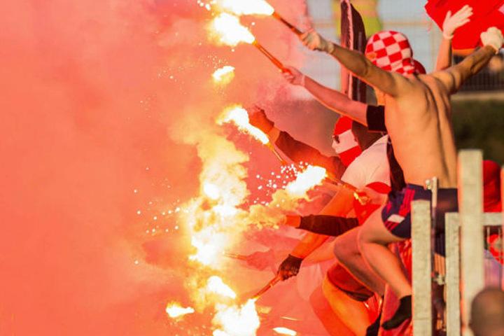 In Zwickau brennt's schon lichterloh, wobei in diesem Fall die Erfurter Fans verantwortlich waren.