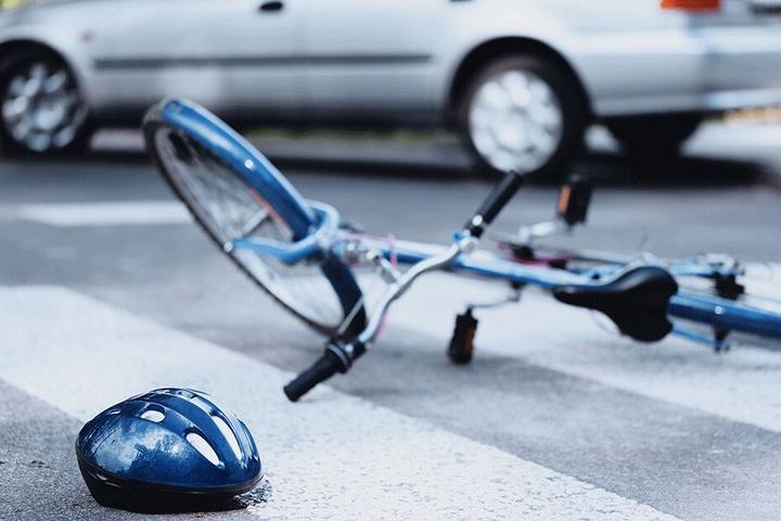 Der Autofahrer nahm dem Radfahrer vermutlich die Vorfahrt. (Symbolbild)