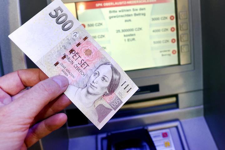 Der Geldautomat spuckt jetzt Euros und tschechische Kronen aus.