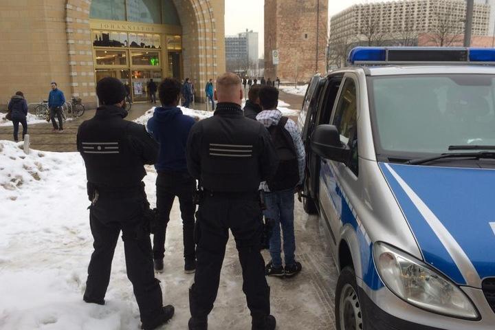 Die Polizei kontrollierte deutsche wie ausländische Passanten.