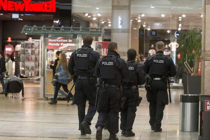 Die Polizei im Einkaufszentrum Centro in Oberhausen am Donnerstagabend.