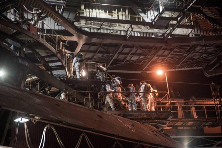 """Die Kohlegegner waren """"heimlich, still und leise"""" auf die Bagger geklettert."""