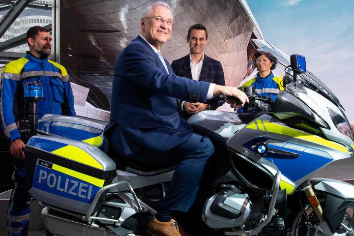 Innenminister Joachim Herrmann fühlt sich auf einem Polizeimotorrad sichtlich wohl.