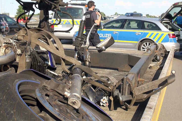 Warum der Biker plötzlich in den Lkw rauschte, ist noch nicht ermittelt.