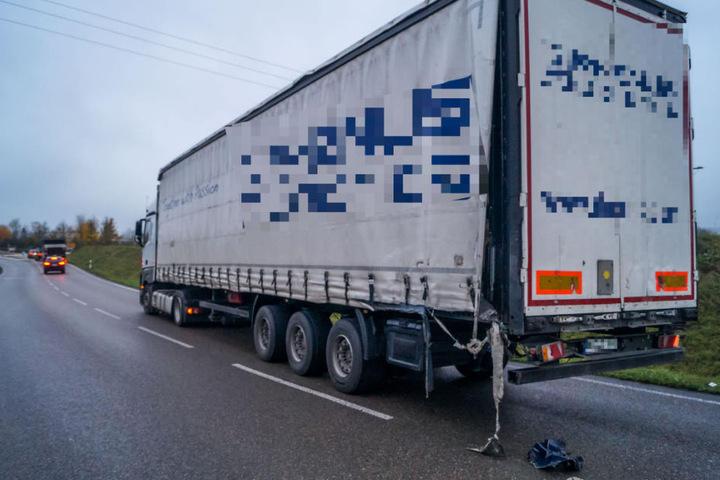 Der Lkw-Fahrer (41) war offenbar viel zu schnell unterwegs, geriet auf die Gegenfahrbahn.