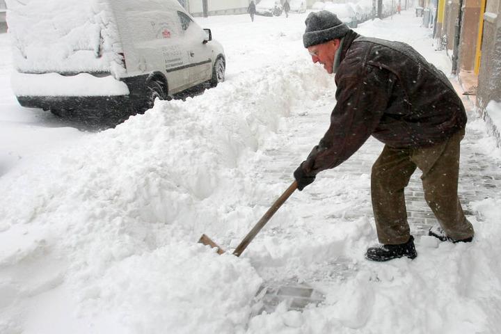 Ein Streit ums Schneeschippen eskalierte: Bruder und Schwester wurde handgreiflich, weil keiner Schnee schaufeln wollte. (Symbolbild)