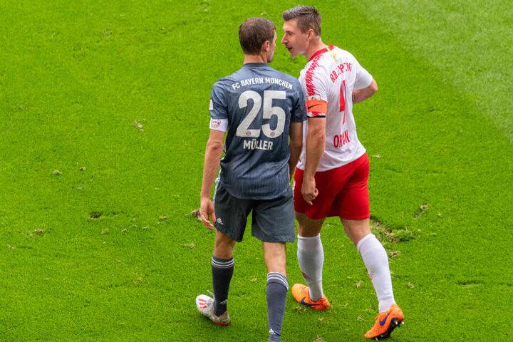 Willi Orban und Thomas Müller tauschen verbale Nettigkeiten aus.