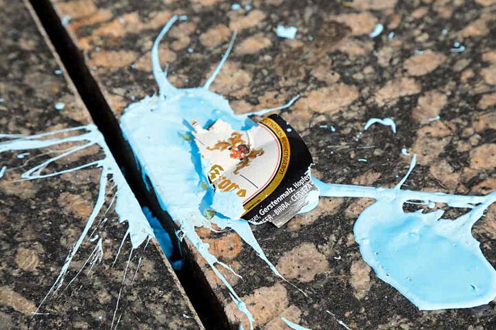 Am Sockel wurden Glassplitter und Etiketten von Bierflaschen gefunden.