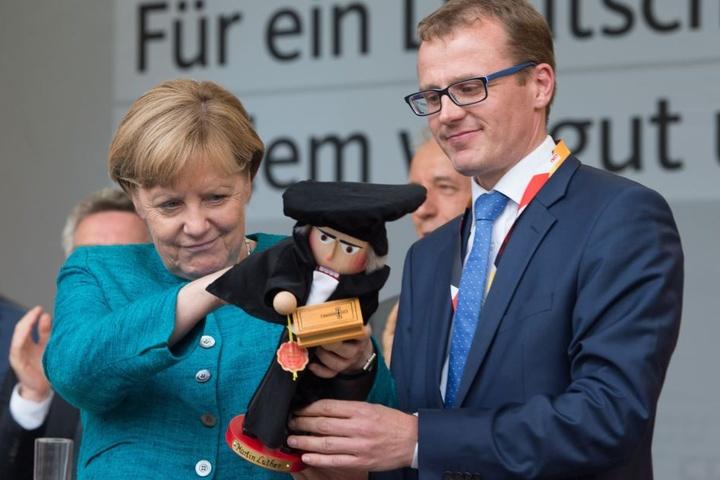 Solche Großveranstaltungen kosten viel Geld. Hier Kanzlerin Angela Merkel  (63, CDU) mit Kandidat Alexander Krauß (41, CDU) in Annaberg-Buchholz.