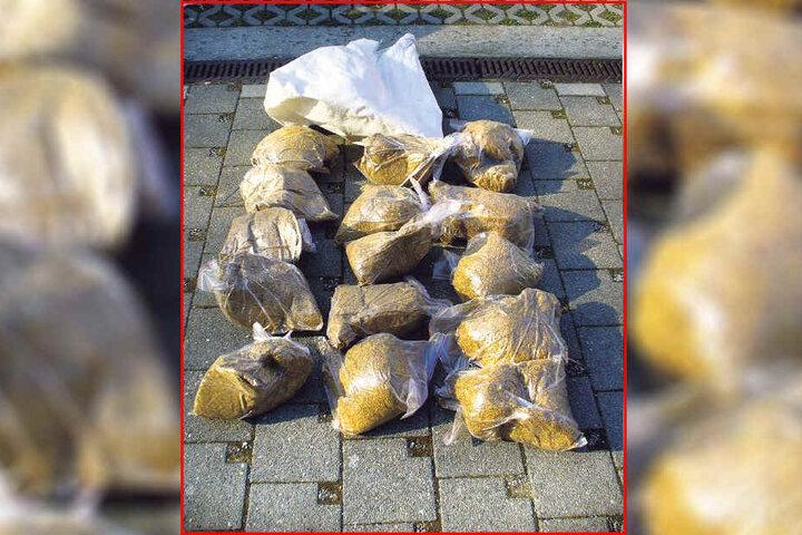 Diese 60 Kilo Rauchtabak entdeckten Zöllner am 6. April bei der Kontrolle einer aus Polen eingereisten Autofahrerin (51) in Bad Muskau.