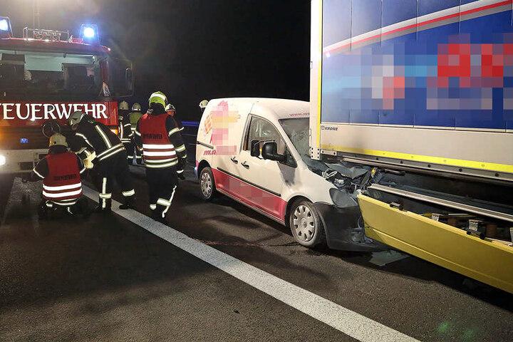 Warum die Fahrerin des Caddys den Lkw rammte, ist noch unklar.