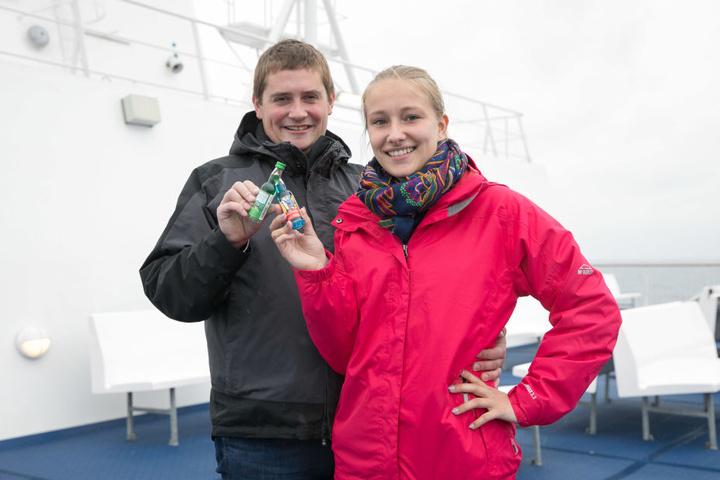 Prost oder besser Skol! Franz Sieber (24) und Anna Kleditzsch (19) stoßen mit Kräuterlikör aus dem Erzgebirge auf ihre Helden an.