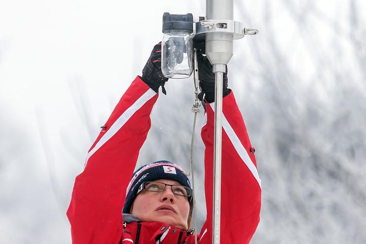 Astrid Hofmann (34) montierte am Samstag Sensoren des neuen Messcontainers in Deutschneudorf.