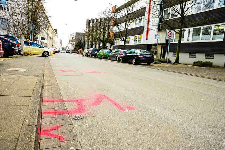 Kreidemarkierungen deuten die Stelle des Unfalls an.