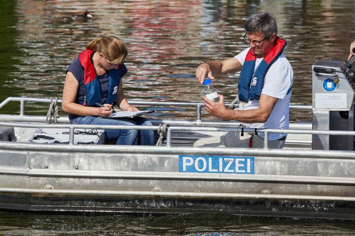 Probenehmer testen Gewässerproben aus der Außenalster. Werden Blaualgen gefunden, könnte das Schwimmen beim Ironman wieder ausfallen.