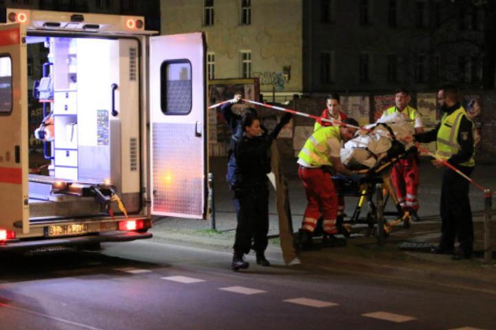 Die tote Obdachlose wird in einem Rettungswagen zur Rechtsmedizin gebracht.