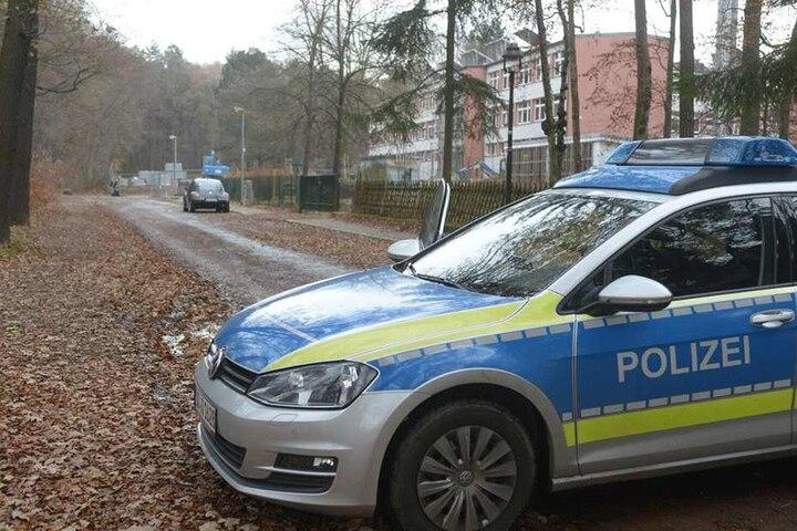 Ein Polizeiauto sperrt die Zufahrt zur zum Fundort.