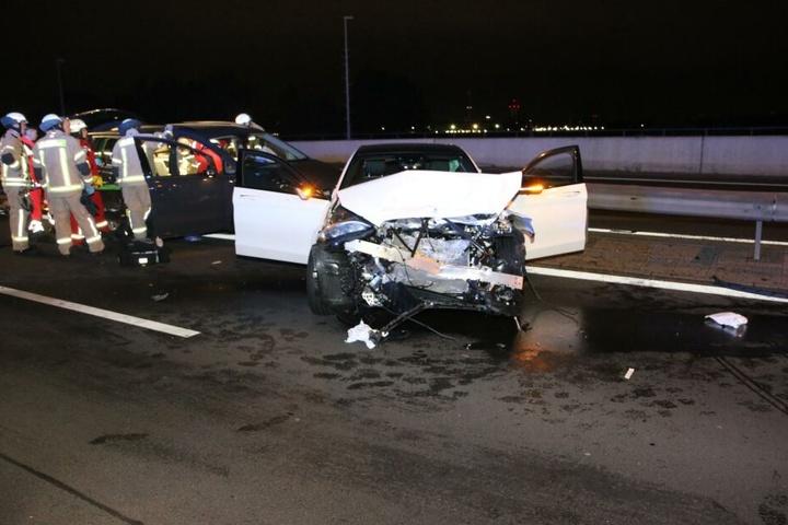Der weiße Mercedes wurde stark zerstört.