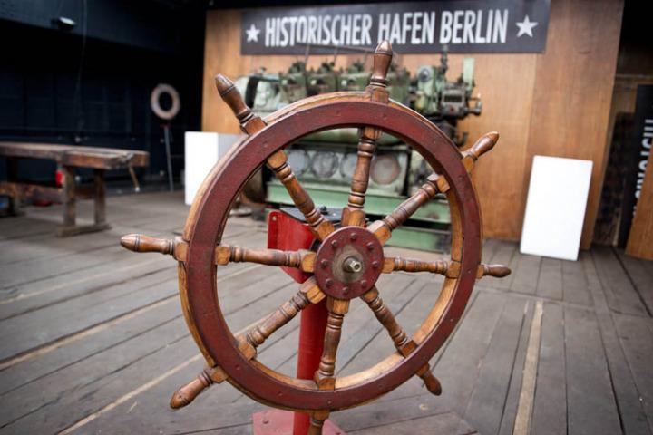 """Ein alter Lastkahn steht am ehemaligen Zollsteg der DDR am Osthafen, der nun der """"Historische Hafen Berlin"""" ist."""