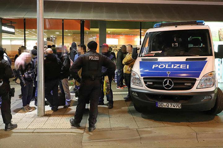 Die Polizei kontrollierte am Donnerstagabend in Chemnitz mehrere Passanten.