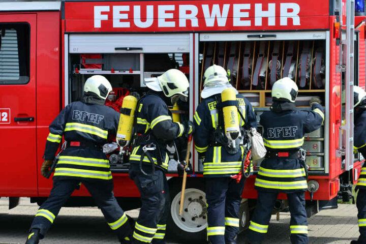 Zufälligerweise fuhr gerade ein Feuerwehrfahrzeug an dem brennenden Lastwagen vorbei.