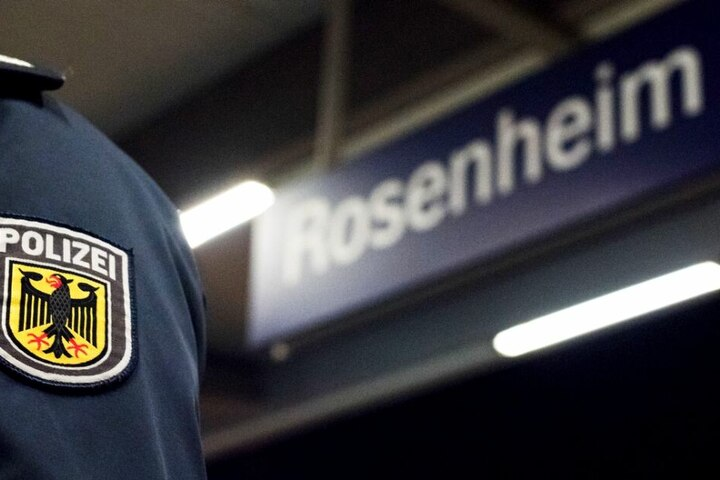 Die Bundespolizisten mussten in Rosenheim einen Mann verhaften, der im Zug randaliert hatte. (Symbolbild)