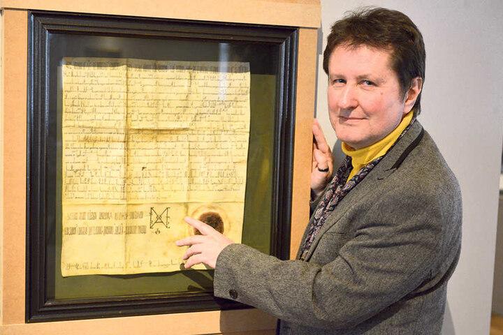 Verbrieft: Uwe Fiedler (56), Leiter des Schlossbergmuseums, mit einem Faksimile der Stadtgründungsurkunde.
