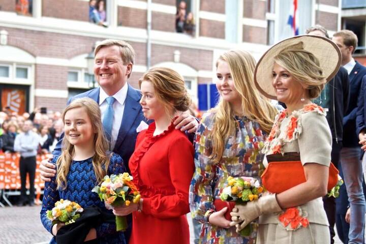 """Die royale Familie: König Willem-Alexander und Königin Maxima (rechts) mit den Töchter, Kronprinzessin Amalia (2. von rechts), Prinzessin Alexia und Ariane (links) bei den Feierlichkeiten zum niederländischen """"Königstag""""."""