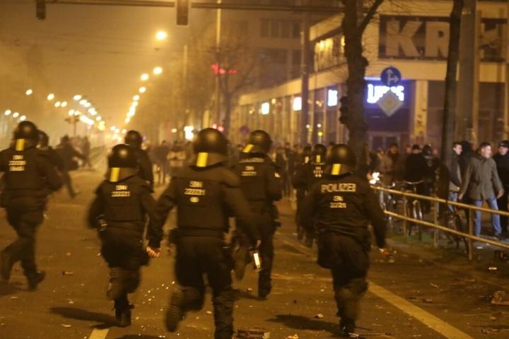 Insgesamt wurden vier Beamte verletzt und neun Personen vorläufig festgenommen.