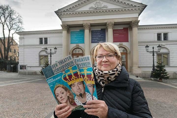 Gera Schlee verteilt ehrenamtlich in Plauen die Werbehefte des Theater Fördervereins. Laut Ministerium haben 40 Prozent aller Sachsen über 14 Jahre ein Ehrenamt.