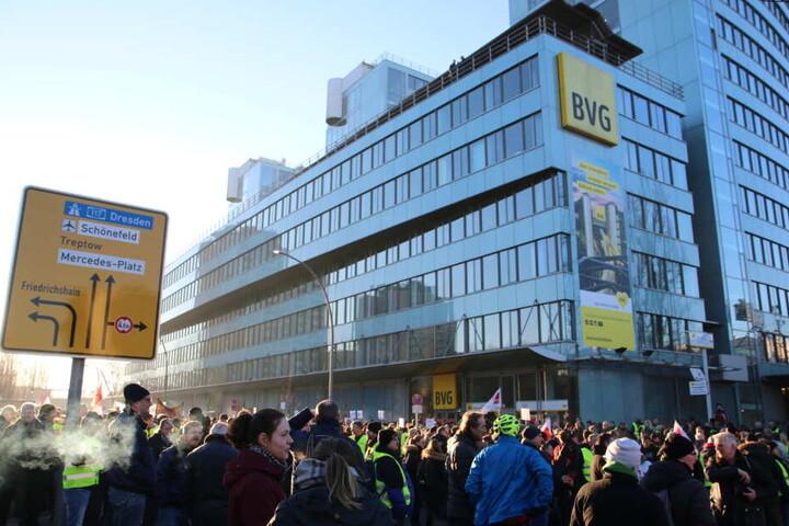 Mehr Lohn, weniger Arbeitszeit und Solidarität für die Angestellten von BVG-Subunternehmen, das fordern die Streikenden.