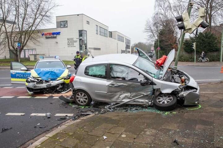 Die Polizisten fuhren nach Polizeiangaben mit Sirene und Blaulicht zu einem Einsatz. Dabei kollidierten sie mit dem Auto.