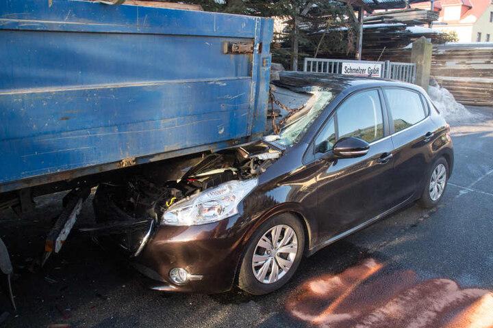 Der Fahrer krachte unter das Heck des Lasters und wurde schwer verletzt.